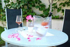 Roséwein genießen im Garten von CAMPANELL Das Ferienhaus im Blaufränkischland..